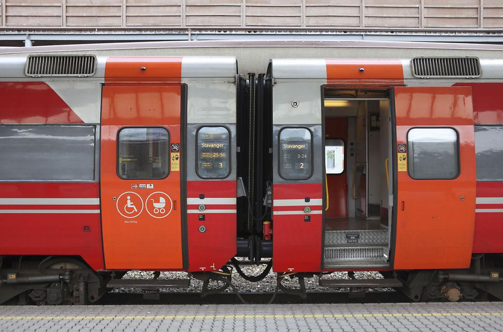 <p>AUTOMATISKE: Dørene på B7-vognene fra 1980-tallet skal kunne fjernstyres fra lokomotivet, men NSB har slitt med dør-mekanismen etter at vognene ble pusset opp.</p>