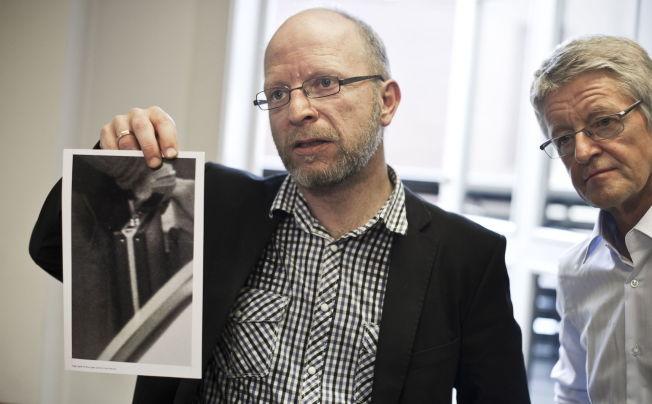 """<p>FORFALSKNINGEN: Forfatter av boka """"Forfalskningen"""" Geir Selvik Malthe-Sørenssen holder opp fotografi av Treholt-kofferten i etterkant av Gjenopptakelseskommisjonens avgjørelse om ikke å gjenoppta Treholt-saken. Her med Treholts advokat Harald Stabel.</p>"""