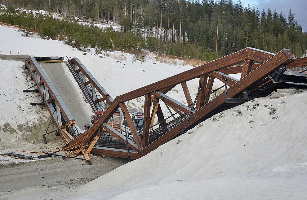 <p>KOLLAPSET: Den relativt nye limtrebroen kollapset mens tømmerbilen var på vei over. Foto: Bård Bårdløkken / NTB scanpix</p>
