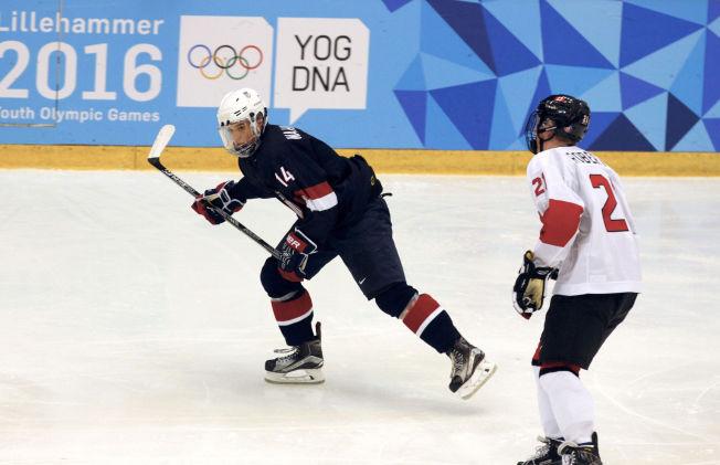 VIDUNDERBARN: Oliver Wahlstrom (15) er USAs kjempetalent i ishockey. Her i aksjon mot Canada i Kristins Hall under ungdoms-OL.