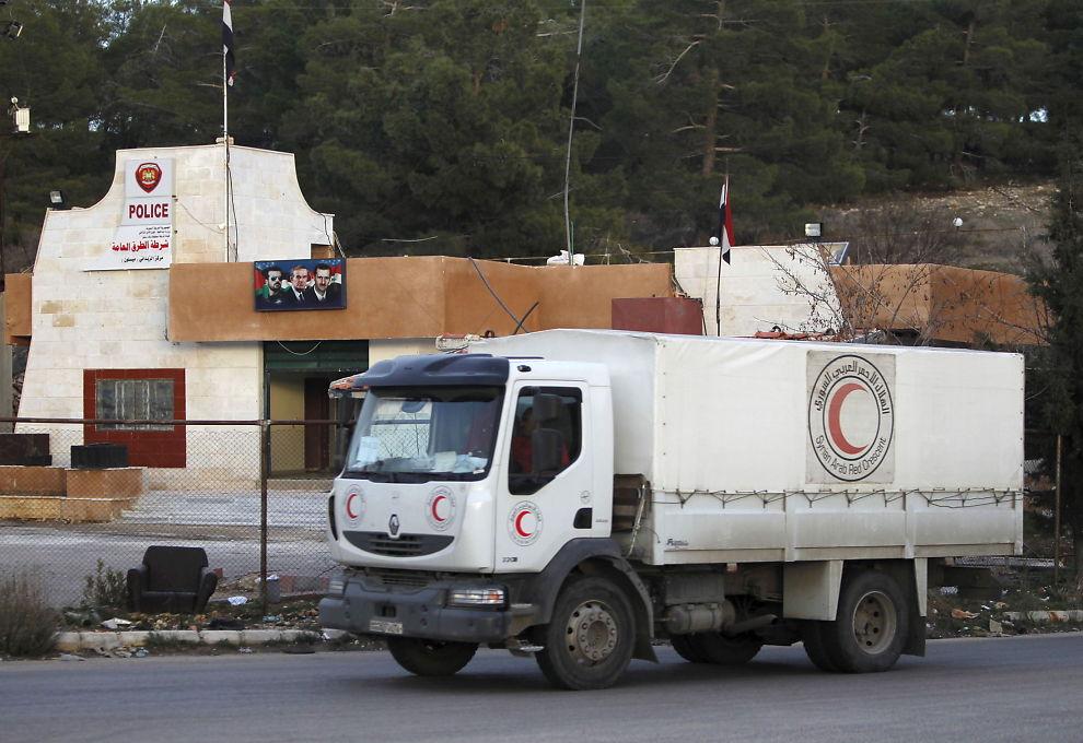 HJELP PÅ VEI: En hjelpekolonnene venter onsdag på å få kjøre inn i den opprørskontrollerte byen Madaya i nærheten av Damaskus. Titalls mennesker har sultet i hjel under beleiringen av Madaya.