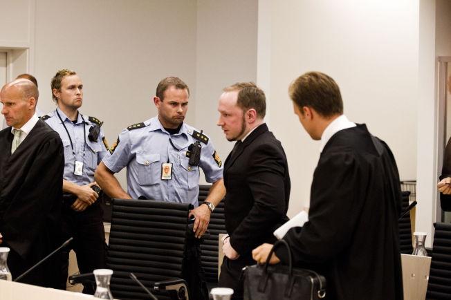 <p>3,5 ÅR SIDEN SIST: Her er Anders Behring Breivik under domsavsigelsen i 22. juli-rettssaken i slutten av august 2012, sammen med advokatene Geir Lippestad (t.v.) og Tord Jordet.</p>