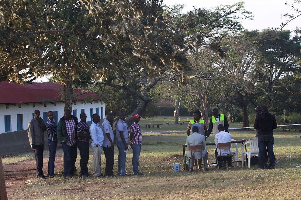 <p>VALGKØ: Folk står i kø for å stemme ved et valglokale i Kirihura vest i Uganda.</p>