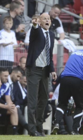 KNIVER MED MIDTJYLLAND: Ståle Solbakken, som her dirigerer på sidelinjen i en kamp mot Vestsjælland sist sesong, må holde FC Midtjylland bak seg i den danske superligaen. Det kan bli tøft.