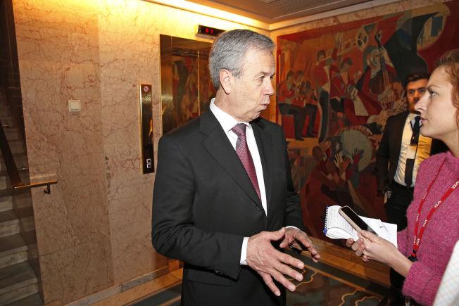 <p>BANKSJEF: Sentralbanksjef Øystein Olsen intervjues av VGs journalist før torsdagens middag.<br/></p>