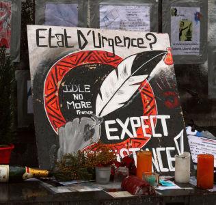 <p>MOTSTAND: Ved Place de la Republique har noen satt opp en plakat med teksten «Unntakstilstand? Forvent motstand!»</p>