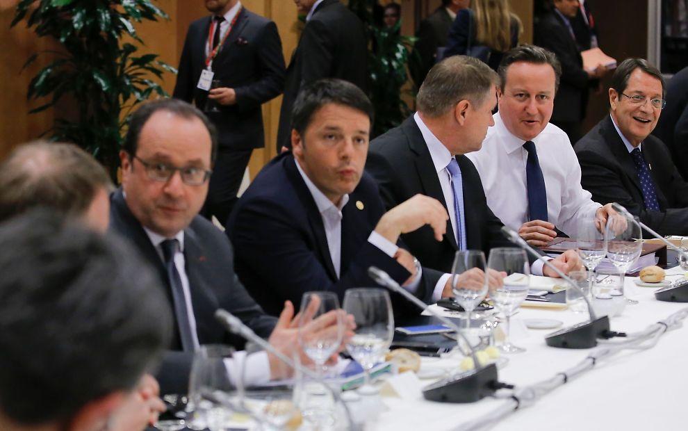 TØFFE FORHANDLINGER: Fra venstre Frankrikes president Francois Hollande, Italias statsminister Matteo Renzi, Romanias president Klaus Werner Iohannis og Storbritannias statsminister David Cameron under møtene i Brussel.