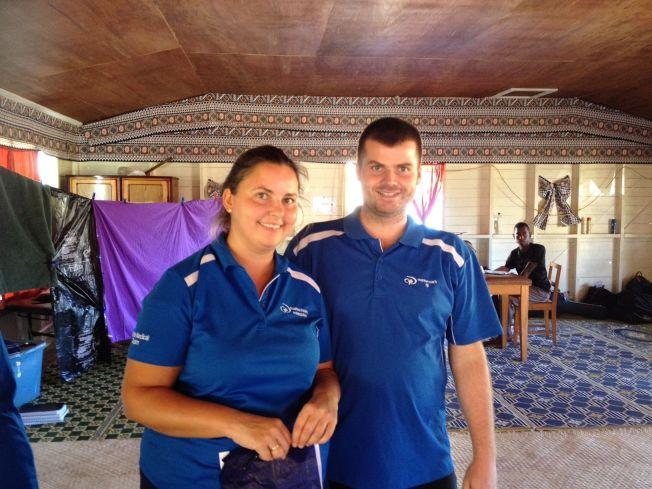 <p>HJELPERE: Lege Ane Haugstvedt og sykepleier Bjarte Haugstvedt er på Fiji for å hjelpe til medisinsk. Nå frykter de hva de vil våkne opp til søndag morgen etter at de kraftige syklonen Winston raser gjennom området.</p>