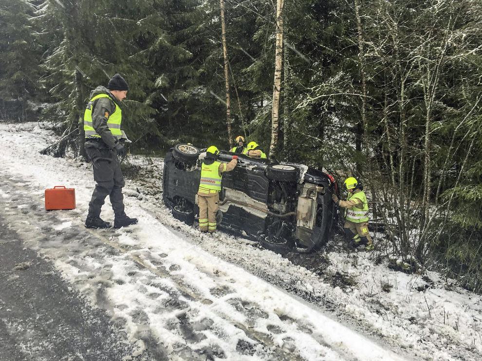 <p>I GRØFTA: Slik endte kjøreturen til flere bilister på Østlandet i dag.</p>