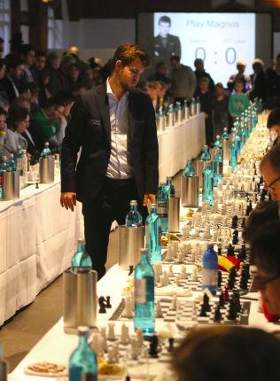 HARDT PROGRAM: 70 motstandere for Magnus Carlsen i Hamburg lørdag.