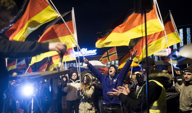 <p>BESKYLDES FOR Å LEGITIMERE HØYREEKSTREMISME: Partiet Alternativ for Tyskland anklages for å bygge opp under fremmedfrykt og høyreekstremisme. Den siste tiden har det vært mange Pegidademonstrasjoner i landet. Her fra Duisburg.</p>