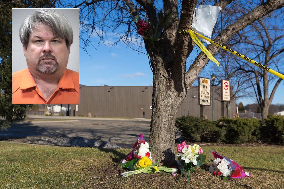 <p>ÅSTED: Blomster er lagt ned ved en parkeringsplass utenfor en Michigan-restaurant, hvor fire personer ble skutt og drept. Politiet mener det er Jason Dalton (45) som står bak.</p>
