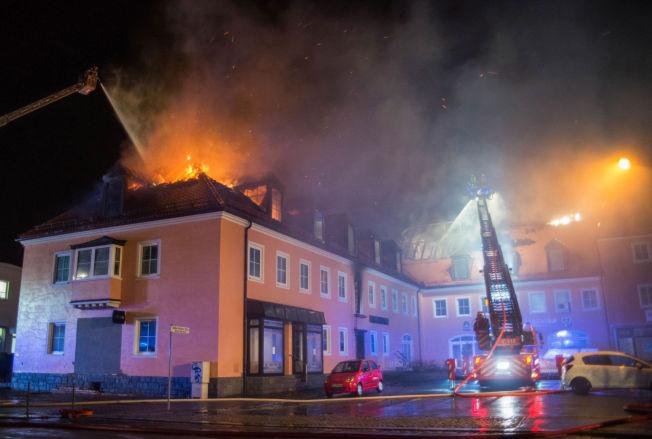 <p>I FULL FYR: Brannmannskaper slukker flammene på det tidligere hotellet i Bautzen fredag i forrige uke. Hotellet skulle benyttes til å ta imot flyktninger.</p>