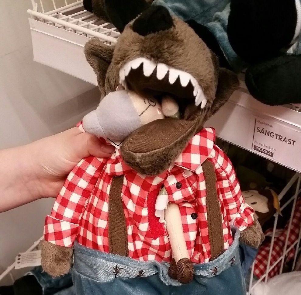 <p>SOM I FORTELLINGEN: Slik så kosedyret ut da Gun-Hilde Karlsson og barnebarnet fant det i Ikea-hyllen. Med mormor i munnen til ulven, med et ben stikkende ut av magen.</p>