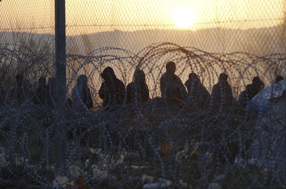 UTESTENGT: Flere hundre migranter ble tirsdag morgen stoppet på grensen fra Idomeni i Hellas til Makedonia, etter at Østerrike i helgen innførte strenge kvoter på antallet asylsøkere som forsøker å ta seg nordover i Europa gjennom Balkan-ruten.