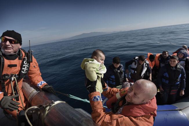 """LIVREDDERNE:Barnefamilier, en smed, en snekker, noen universitetslærere, et søskenpar på vei til Norge. De er fra Syria og Irak, og hadde drevet hjelpeløst rundt uten motor i fire timer før hjelpen kom. Én etter én får de en hjelpende hånd, dytt eller løft i sikkerhet på """"Peter Henry von Koss"""" av Ove Høyem (til venstre) og Hans Christian Bach."""