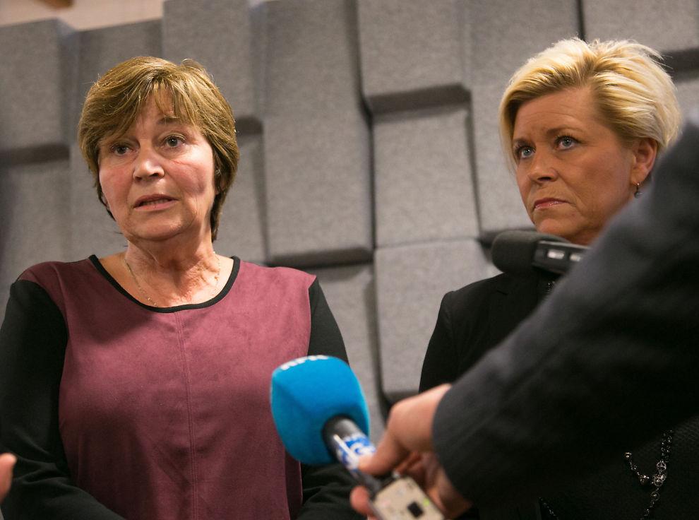 <p>HALLO: Finansminister Siv Jensen (t.h.) må regne med å få en telefon fra LO under årets lønnsoppgjør. Her sammen med LO-leder Gerd Kristiansen etter møtet med regjeringens kontaktutvalg.</p>