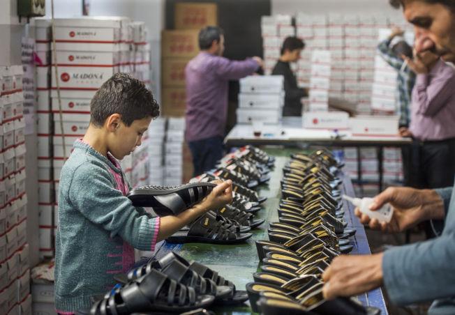 BLIR I TYRKIA: 2,5 millioner mennesker har flyktet fra krigen i Syria til Tyrkia. I den sørlige byen Gaziantep er det en blomstrende syrisk økonomi.Skoprodusenten Madona produserer 5000 sko hver dag.