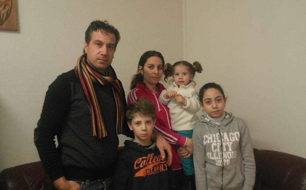 <p>NYTT HÅP: Det syriske ekteparet Samer og Dalia Wardeh og deres tre barn Taim (9), Maila (1,5) og Sama (12) kom over Storskog i fjor. Nå bor de på asylmottak i Vadsø.</p>