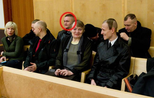 <p>STØTTESPILLER: Her er Ronny Bårdsen (rød ring) i Oslo tingrett i 2010 i forbindelse med at den russiske nynazisten Viacheslav Datsik ble fremstilt for fengsling. I helgen patruljerte han gatene for «Odins soldater».</p>