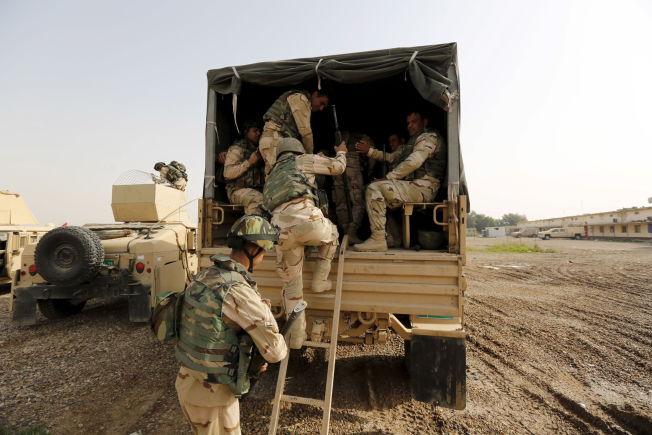 <p>PÅ VEI MOT MOSUL: Irakiske sikkerhetsstyrker er på vei til Mosul for å kjempe mot IS. Bildet er tatt søndag ved en militærbase i Baghdad.<br/></p>