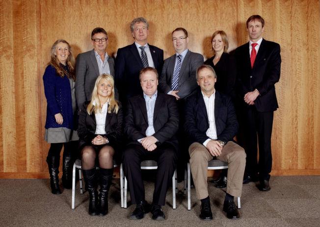 <p>NFF-STYRET 2010-2012: Daværende visepresident Einar Schultz (foran til høyre) sammen med resten av forbundsstyret som ble valgt i 2010. Bak fra venstre står styremedlemmene Mette Christiansen, Arne Aambakk, Anders Eggen, Kjartan Berland, Hege Jørgensen og generalsekretær Paul Glomsaker. Foran fra venstre: visepresident Hege Leirfall og president Yngve Hallèn.</p>
