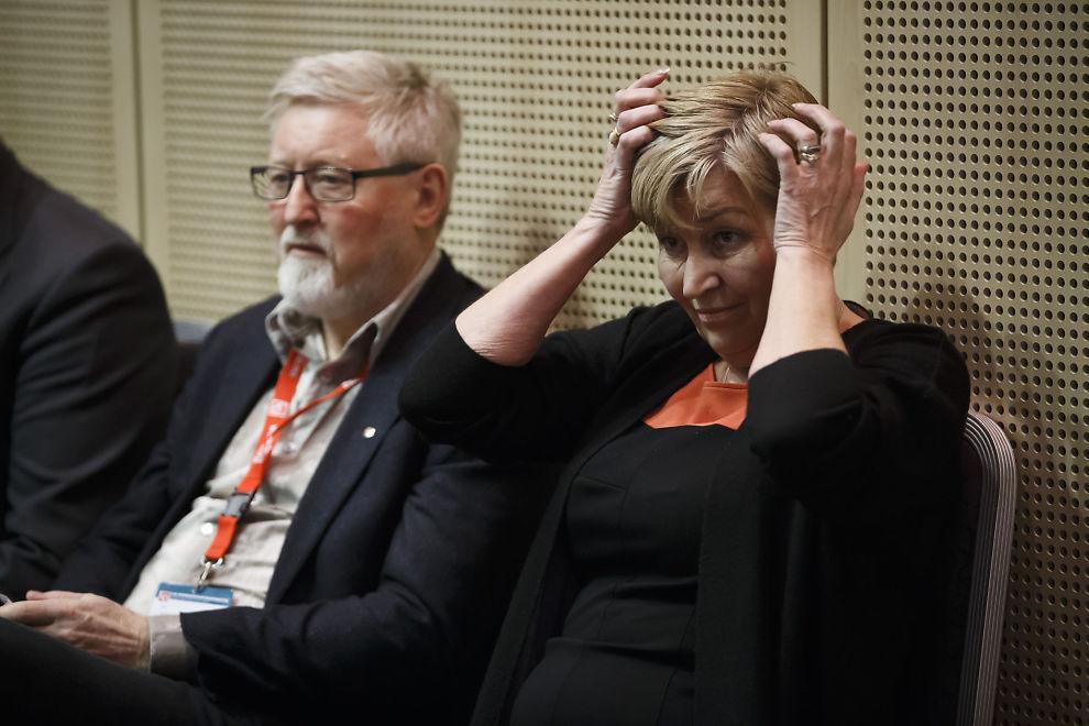 <p/> <p>NESTEN KONTROLL: LO-leder Gerd Kristiansen og nestleder Tor-Arne Solbakken under representantskapsmøte i Folkets Hus tirsdag. De hadde kontroll på hvert komma, helt til de fikk et benkeforslag i fleisen.</p>