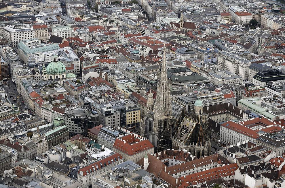 <p>LANDEMERKE: Vakre Stefansdomen midt i Wien er ett av mange mål for turister til Wien, som nå er kåret til verdens beste by å bo i.</p>