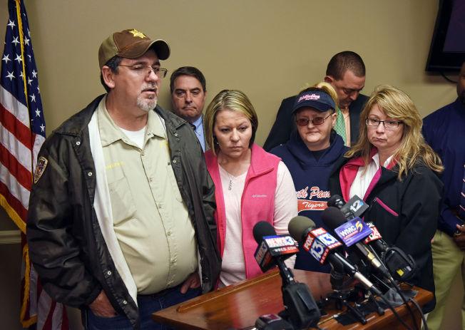 <p>TAKKET POLITIET: F.v. Faren Ben Chambers, søsteren Ashley, moren Lisa Daugherty og stemoren Debbie Chambers var lettet etter pressekonferansen onsdag.</p>