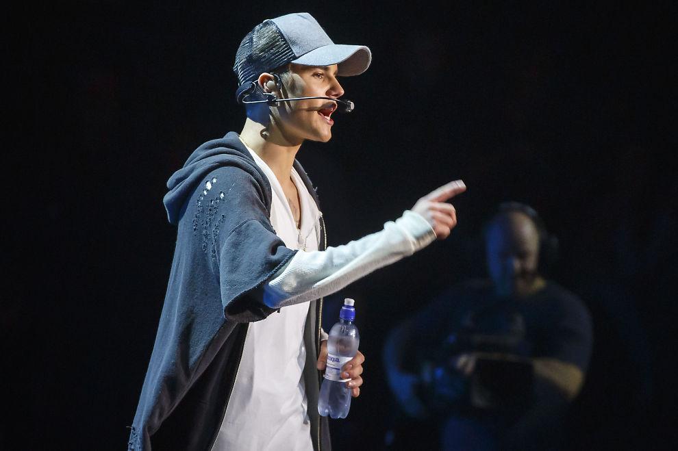 <p>NAKEN NOK EN GANG: Justin Bieber stiller opp naken nok en gang på forsiden av et amerikansk magasin. Dette bildet er fra Chateau Neuf i fjor like før han gikk av scenen.</p>