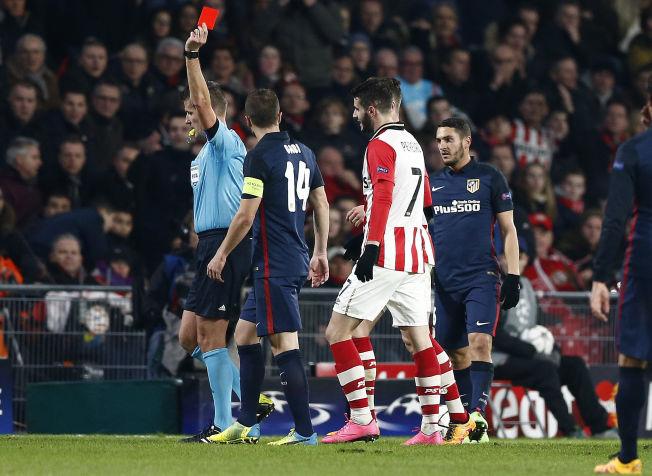 TIDLIG DUSJ: Gastón Pereira blir vist det røde kortet av dommer Daniele Orstato under kampen mot Atlético Madrid (0-0). Rundt står Gabi og Koke.