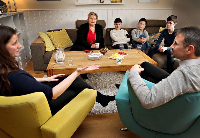 <p>FRA FIRE TIL FEM: Elisabeth Johannessen og Per Anders Sunde ble fosterhjem for Ali i fjor høst. I sofaen sitter statsministeren, Ole Jakob (12), Ali (13) og Jon (13).</p>