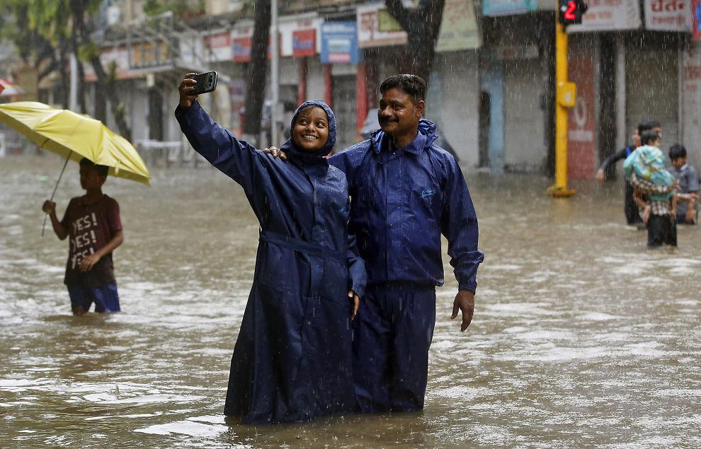 <p>SELFIE IN THE RAIN: Et par tar en selfie i Mumbai i forbindelse med en flom i den indiske storbyen i fjor sommer.</p>