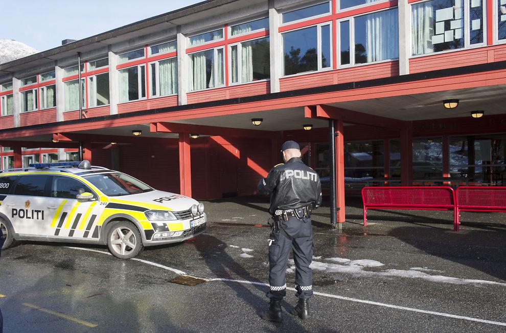 <p>RYKKET UT: Store politistyrker var på plass ved ungdomsskolen etter at en gutt ble knivstukket.</p>