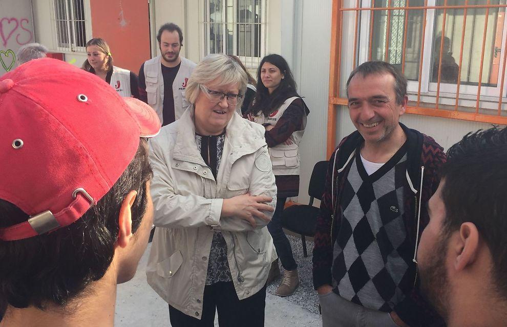 MIDT I GRESK TRAGEDIE: Europaminister Elisabeth Aspaker besøkte mottakssenteret Moria på Lesvos torsdag, hvor flyktningene som kommer til Hellas blir registrert.
