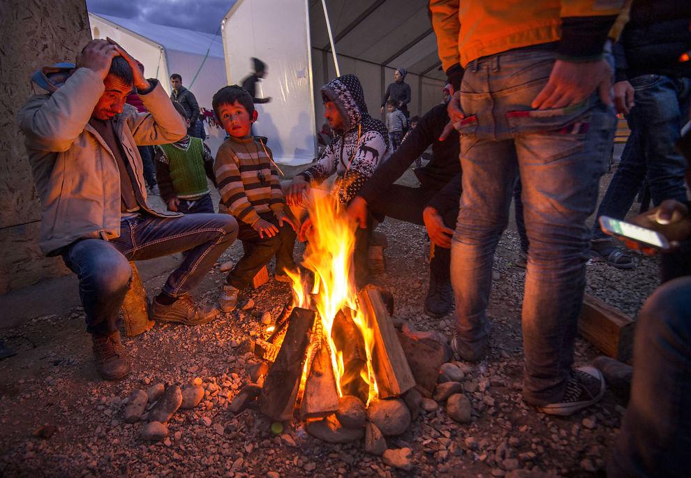 <p>VENTER: I flyktningeleiren Idomeni på grensen mot Makedonia venter tusener av flykninger på å få lov til å passere grensen til Makedonia. Foto: HELGE MIKALSEN</p>