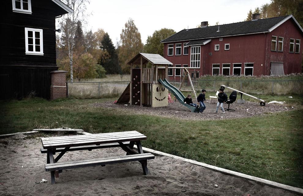 <p>FLYTTER BEBOERE: Hvalsmoen i Buskerud er Norges største transittmottak. De siste månedene har rundt 60 asylsøkere som har oppgitt at de er mindreårige, blitt overført fra barne - til voksenavdelingen etter en vurdering fra UDI.</p>