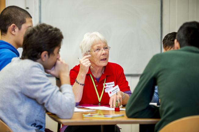 <p>NYTT SPRÅK: Enslige mindreårige asylsøkere får norskundervisning mens de bor i mottak. Frivillig i Røde Kors, Solveig Berre (70) underviste ungdom da VG besøkte Torshov transittmottak i Oslo i desember.<br/></p>