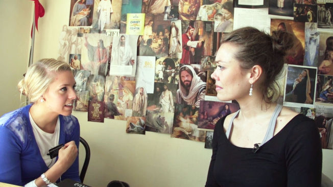 <p>HJEMME: Programskaper Rut Helen Gjævert (t.h) moter mormoneren Mia Steffensen. Her på rommet hennes i London.</p>