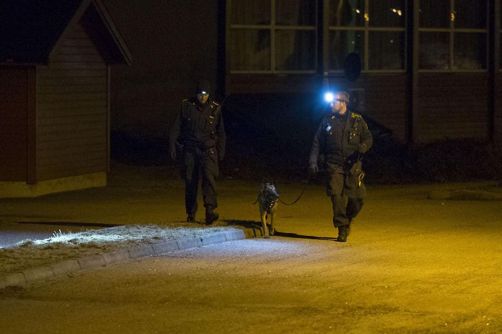 <p>RYKKET UT: Store politistyrker var sent fredag kveld på plass etter at en person ble funnet død på en adresse i Kristiansand.</p>