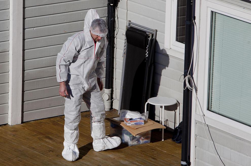 <p>KRIMTEKNIKERE PÅ STEDET: FEm krimteknikere jobber lørdag ettermiddag med å sikre spor i boligen hvor mannen ble funnet drept fredag kveld.</p>