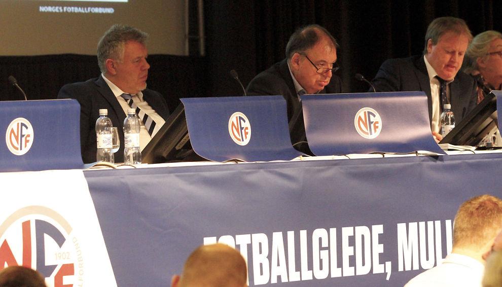 FIKK EPOST: Både generalsekretær Kjetil Siem (t.v.) og Yngve Hallen (t.h.) har fått den omstridte eposten. De sitter lørdag ettermiddag på fotballtinget 2016. I midten ordstyrer Arnor Dingen.
