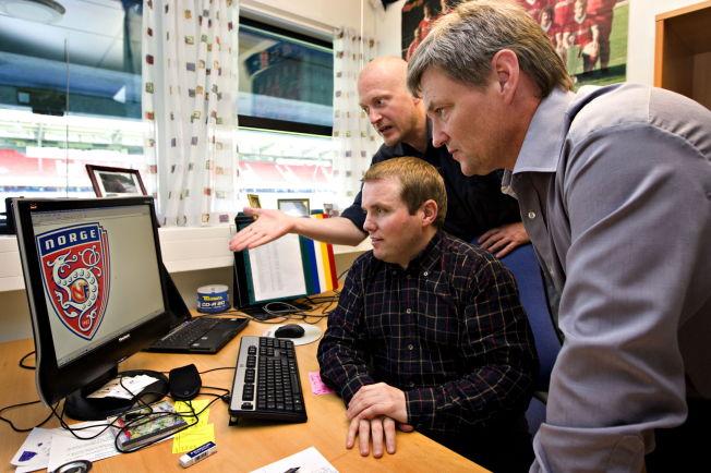 DIREKTØR: Ronny Aasland (t.h.) er direktør i NFF. Her er han sammen med Stig-Ove Sandnes (sittende) da de var kolleger i 2008. Bak NFFs tidligere kommunikasjonsdirektør Roger Solheim.