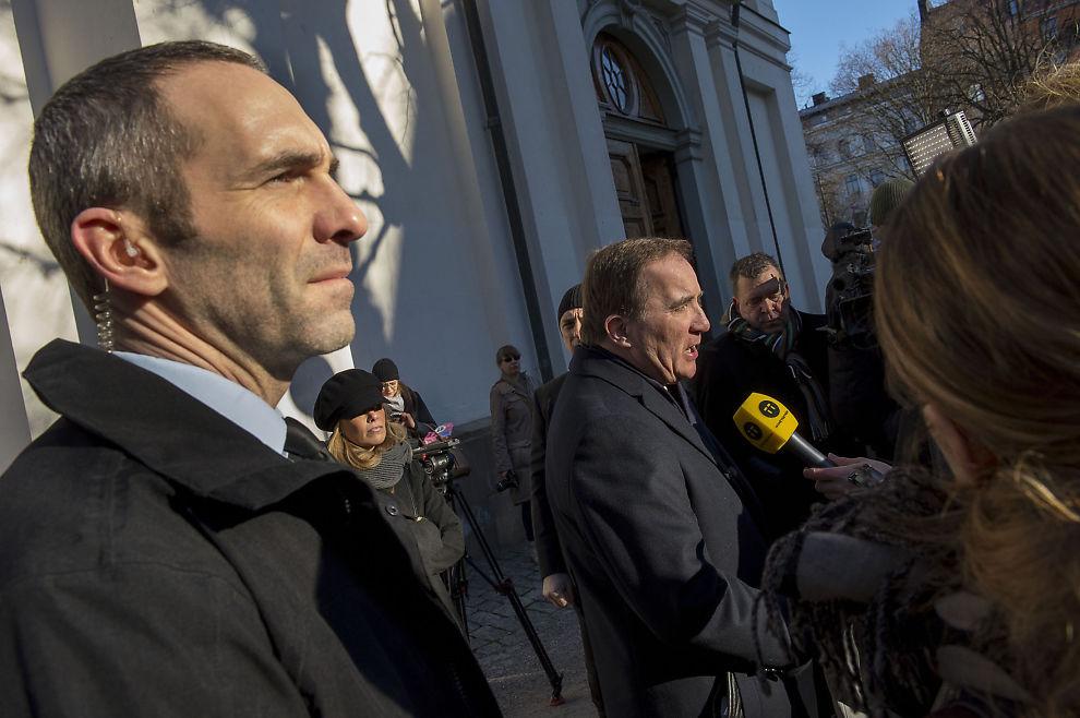 <p>UTPEKER DRAPSMANNEN: Statsminister Stefan Löfven snakker med journalister etter å ha lagt ned blomster på den tidligere statsministeren Olof Palmes grav i Stockholm.</p>