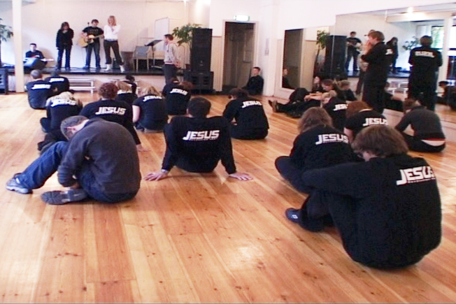 <p>ENDRET STIL: Jesus Revolution og andre karismatiske beveglser har blitt mindre radikale. Foto: VGTV, dokumentaren Frelst</p>