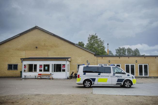 <p>UNDER OPPSYN: I det moskeens besøkende gjorde seg klare for bønn, kjørte en politibil langsomt inn på parkeringsplassen ved moskeen. Etter noen sekunder snudde den og kjørte avgårde samme veien som den kom.</p>