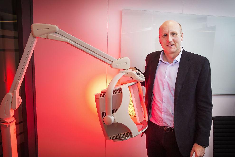 <p>KREFTPIONEREN: Kreftforsker og administrerende direktør i Photocure viser frem hemmeligheten i alle deres kreftmedisiner: Det rødlige lyset, som sammen med aktiv medisin bidrar til å finne, eller drepe kreft.</p>