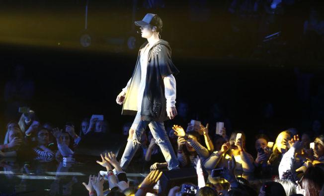 <p>Justin Bieber på scenen under minikonserten i Chateu Neuf. Etter bare en låt gikk han av scenen etter en krangel med tilskuerne.</p>