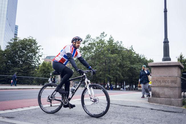 <p>IVRIG SYKLIST: Venstre-politiker Abid Raja i Stortingets transportkomité på to hjul ved Vaterland i Oslo.</p>