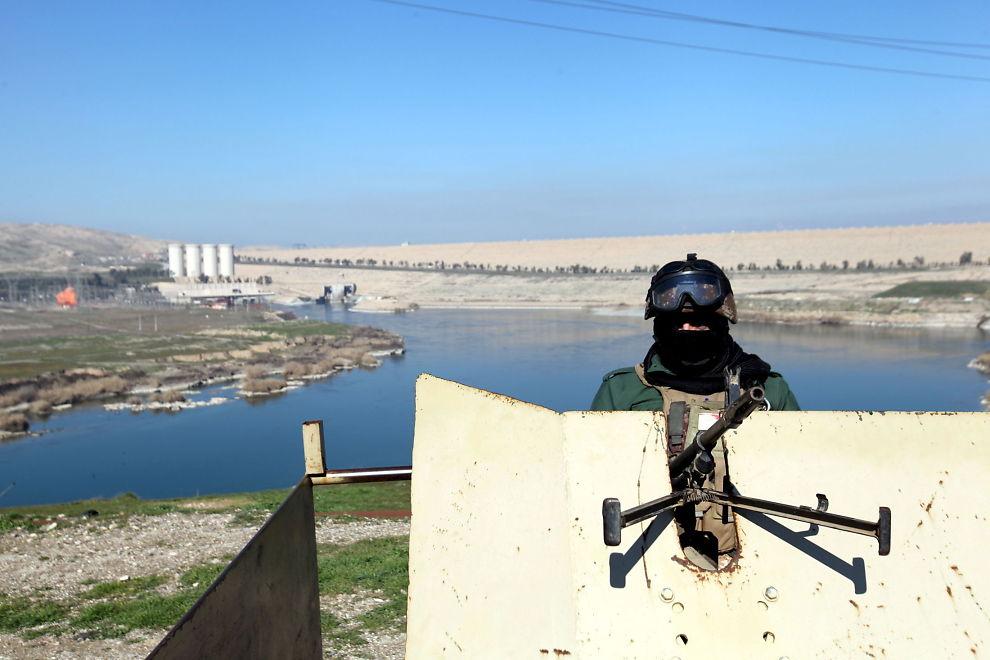 <p>PÅ VAKT: En kurdisk peshmerga-soldat vokter Mosul-demningen i nordlige Irak. Bildet er tatt i begynnelsen av februar.</p>